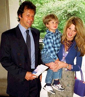 Con su esposa inglesa y uno de sus hijos.