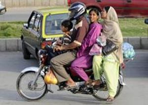 Eine pakistanische Familie verläßt am 03.04.2009 den